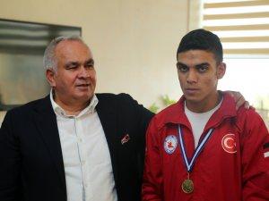 Balkan Şampiyonu Mahmut Alkayış, Erdemli Belediye Başkanı Mükerrem Tollu'yu ziyaret etti