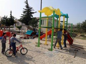 Erdemli'de çocuklar, oyun aletlerine kuvuştu