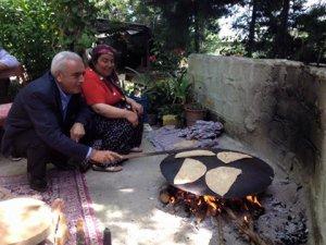 CHP'li Baysan, sacda ekmek pişirdi