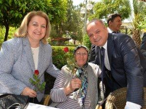 Mersin Valisi Özdemir Çakacak ve Eşi Kevser Çakacak, huzurevini ziyaret etti, Anneler Günü'nü kutladı