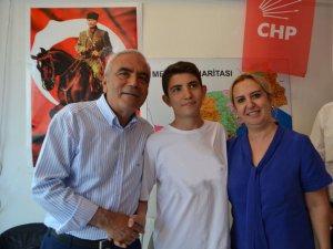 Şampiyon öğrenci Akyüz, CHP'li Baysan'ı ziyaret etti