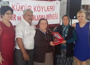 """Kükür Köyleri Kültür ve Yardımlaşma Derneği Başkanı Gülay Uysal, """"Yılın Annesi Cennet Orhan""""ı seçti"""