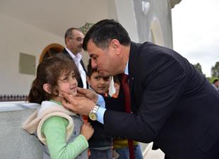 Anamur Belediye Başkanı Mehmet Türe, geleneği bozmuyor