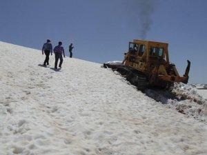 Kaş Pazarı Yaylası'nda kar açma çalışma çalışmaları sürüyor