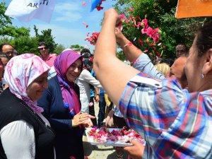Yörük Kızı Esra Yalvaç, Yumurtalık'ta çiçeklerle karşılandı