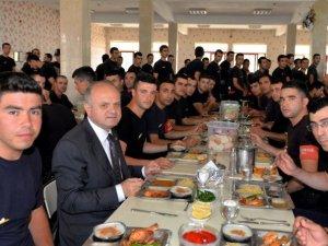 Vali Çakacak, polis adaylarıyla yemek yedi