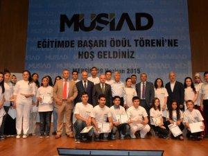 MÜSİAD'ın 'Eğitimde Başarı' ödüllerini Vali Çakacak verdi