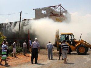 Mersin'de sandık deposunda yangın