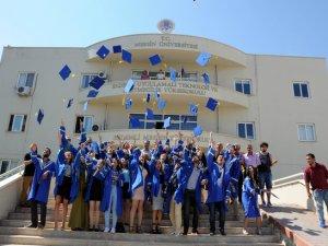 Erdemli Uygulamalı Teknoloji ve İşletmecilik Yüksekokulu'nda mezuniyet heyecanı