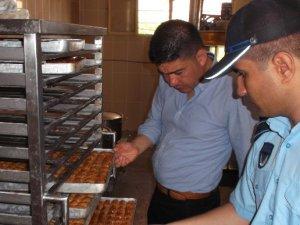 Tarsus'ta tatlı imalathaneleri ve gıda işletmelerine denetim