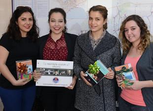Mersin Büyükşehir Belediyesi şoförlerinden öğrencilere kitap desteği