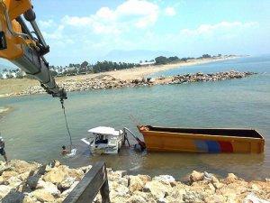 Anamur'da harfiyat kamyonu denize düştü