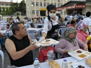 Mersin Büyükşehir Belediyesi 6 noktada iftar çadırı kurdu