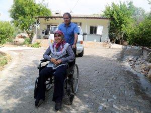 Erdemli Belediyesi'nden örnek davranış, engelli vatandaş için parke yol yaptı