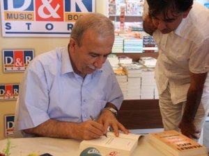 Hanefi Avcı, Mersin'de kitaplarını imzaladı