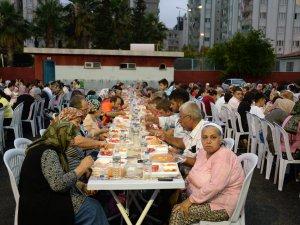 Mersin Büyükşehir Belediyesi'nin iftar sofrası Akdeniz'de kuruldu