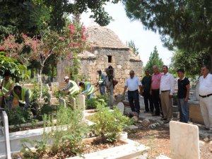 Mersin'de mezarlıklara Ramazan bakımı yapılıyor