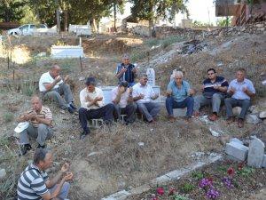 Gazeteci Vedat Çelikbaş, ölümünün 1. yılında Anamur'daki mezarı başında anıldı