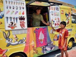 """Minibüsü """"güneş enerjili"""" dondurma arabasına dönüştürdü"""