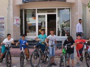 Mersin'den giden bisikletler kitap okutuyor