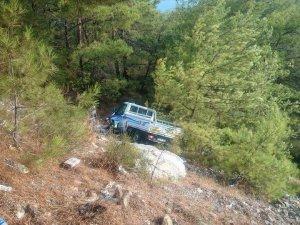 Anamur'da kamyonet uçuruma yuvarlandı