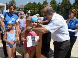 Minik yüzücüler, katılım belgelerini aldı
