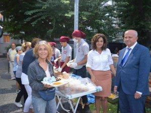 Bayan belediye başkan yardımcısı, iftarda yemek servisi yaptı