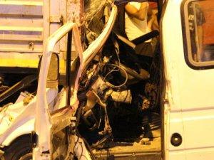 Mut'ta yolcu minibüsü TIR'a çarptı, sürücü sıkıştı