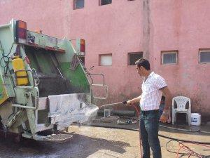 Silifke'de çöp konteynerleri köpükle dezenfekte ediliyor