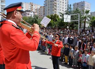 Mersin Büyükşehir Belediyesi Bandosu öğrencilerle buluştu