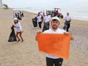 Öğrenciler Mezitli sahilini temizledi