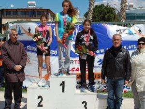 Triatlon yarışmasında dereceye girenlere madalyaları törenle verildi