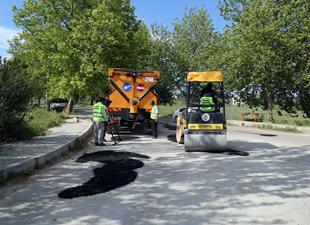 Erdemli Belediyesi, yollara yama çalışması yapıyor