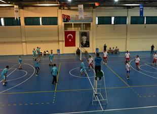 Anamur'daki Kurumlar Arası Voleybol Turnuvası, çekişmeli maçlara sahne oluyor