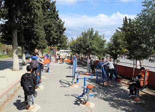 Erdemli Belediyesi'nden okullara oyun grubu ve spor aletleri hizmeti