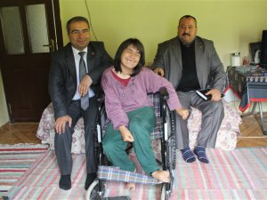 Çamlıyayla Belediye Başkanı İsmail Tepebağlı'dan engelli Elif Koca'ya tekerlekli sandalye
