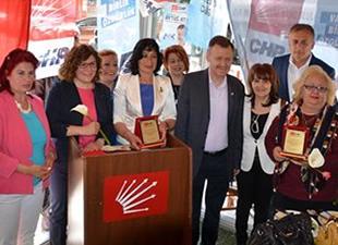 Tarsus CHP'den eski kadın kolları başkanlarına plaket