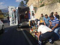 Mut'ta otomobil duvara çarptı: 3 yaralı