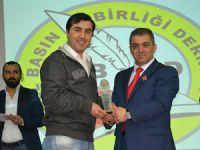 """Gazeteci Mehmet Şahincileroğlu, """"En İyİ İnternet Haber Portalı Jüri Özel Ödülü 2.lik Ödülü""""nü aldı"""