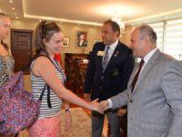 9 farklı ülkelerden Mersin'e gelen gençler Vali Çakacak'ı ziyaret etti