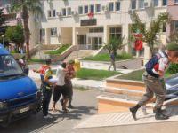 Anamur'da bir otomobilin camını patlatan otoyol hırsızları yakalandı