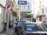 Mut'ta kaldırımlar esnafın, yollar ise park halindeki araçların işgali altında