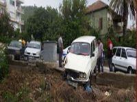 Anamur'da alkollü bir sürücü, 2 otomobile çarptı