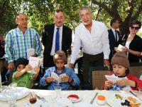 Mezitli Kart ile Huzurevi sakinleri ve kimsesiz çocuklara kahvaltı verildi